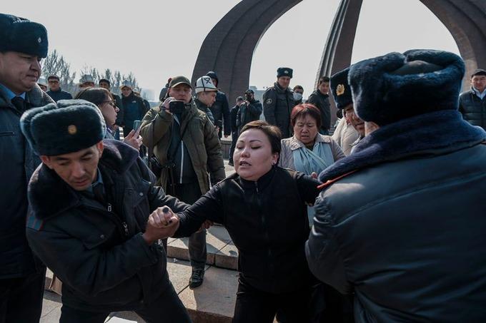 В Бишкеке сорвали марш за права женщин